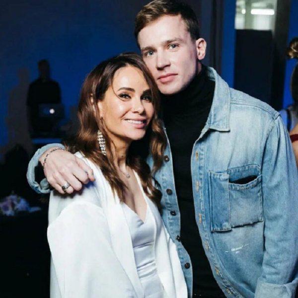 Олег Майами в джинсовой куртке и Айза Долматова в белом шелковом платье обнимаются