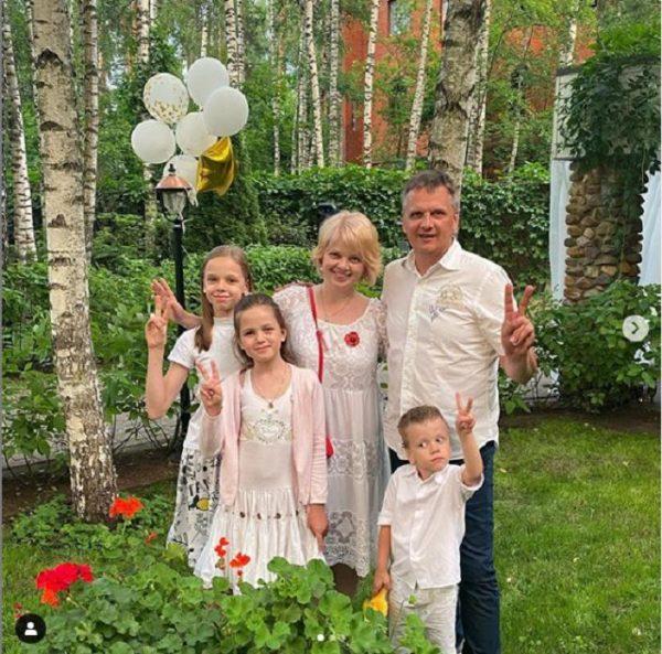 Сейчас Анна носит фамилию мужа - Скварник. Они вместе воспитывают троих детей
