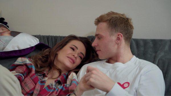 Олег Майами и Айза Долматова смотрят друг на друга, сидя на диване