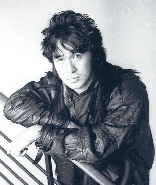 Черно-белая фотография Виктора Цоя в кожаной куртке