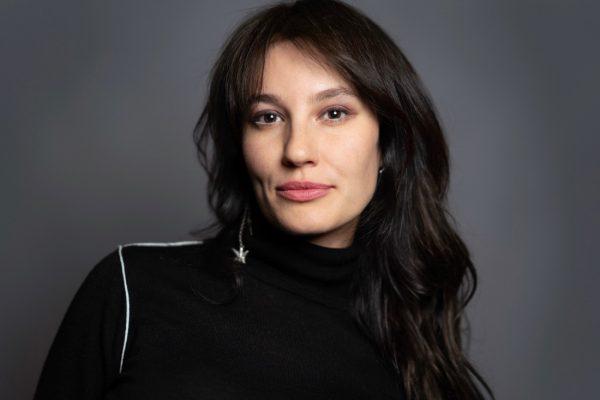 Блогер Лена Миро в черном платье