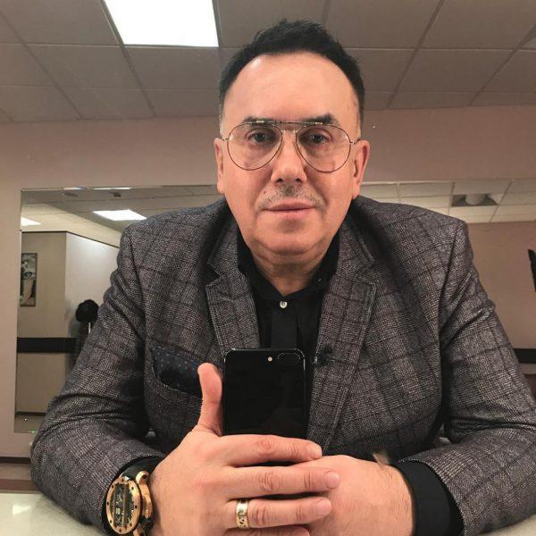 Станислав Садальский с дорогими часами в очках сам себя снимает на телефон