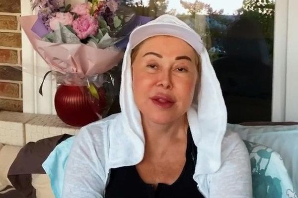 Любовь Успенская с отекшим лицом в белой толстовке и кепке
