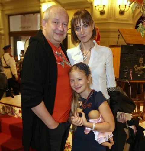Дмитрий Марьянов с Ксенией Бик и приемной дочерью Анфисой