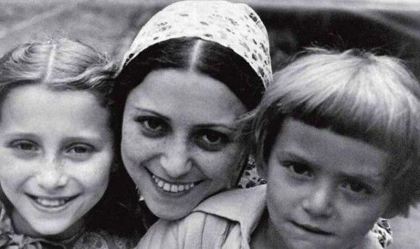 Майя Плисецкая с мамой Рахилью Михайловной и братом Сашей.