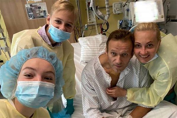 Несколько часов назад Алексей опубликовал фото из больницы