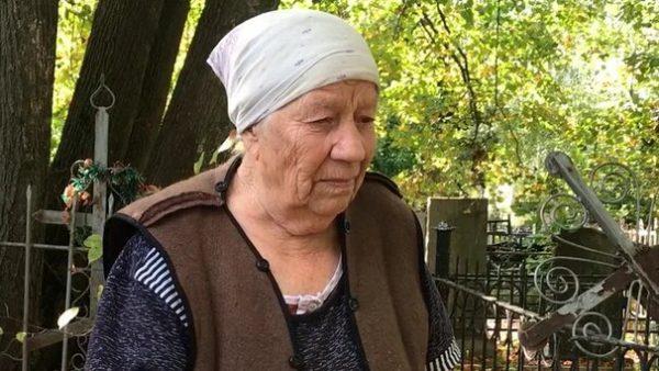 Мария Захарова на могиле сына