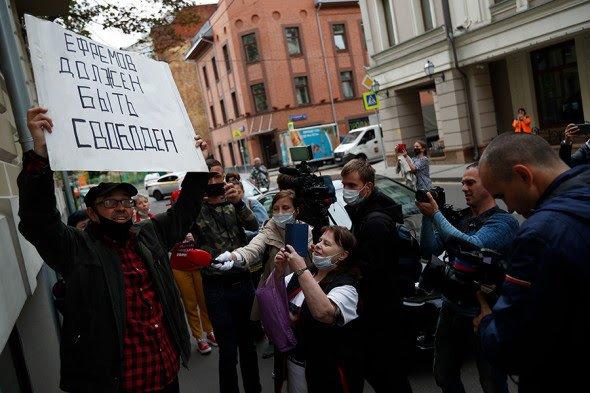 Поклонники Ефремова пришли поддержать актера перед оглашением приговора