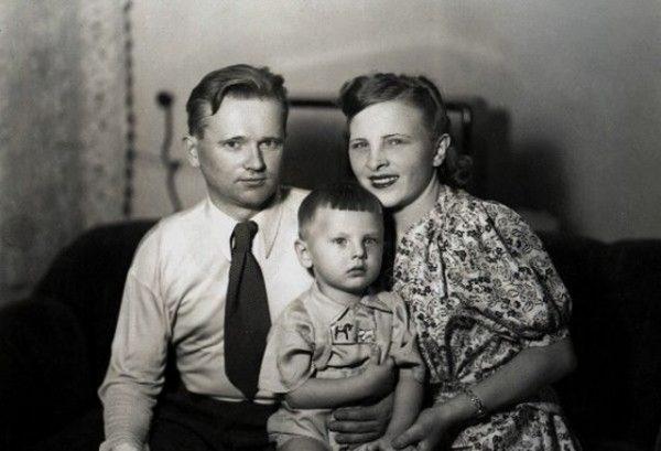 Юрий Антонов с матерью и отцом