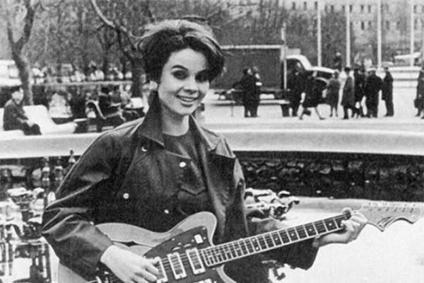 Любовь Полищук в молодости с гитарой в руках