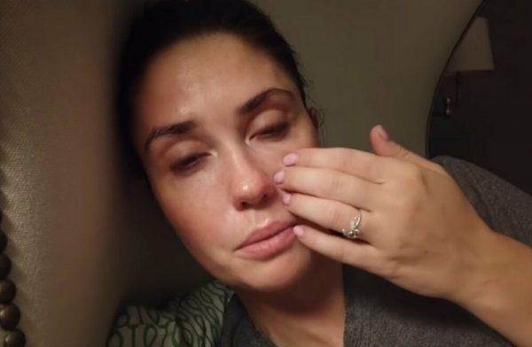 Агата Муцениеце плачет