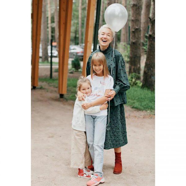 Дарья Мороз с дочкой и младшей сестрой