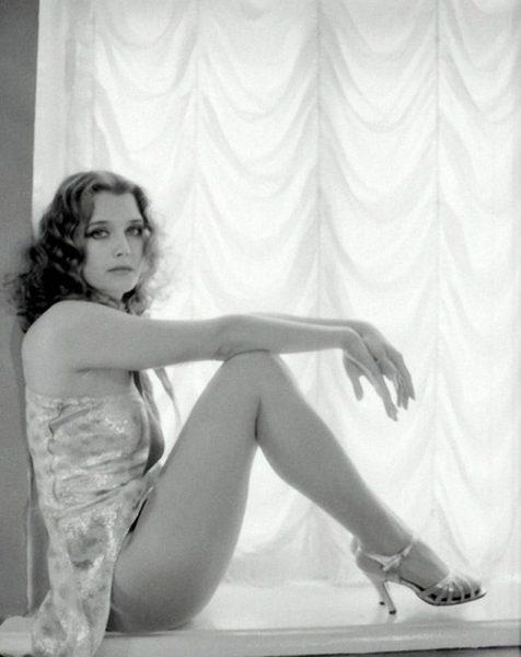 На фото Ирина Алферова в красивом платье и босоножках на каблуках