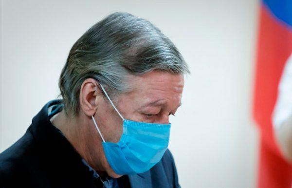 Михаил Ефремов в маске в зале суда