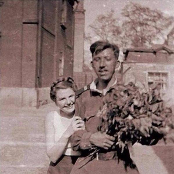 Юрий Никулин с мамой, в руках цветы