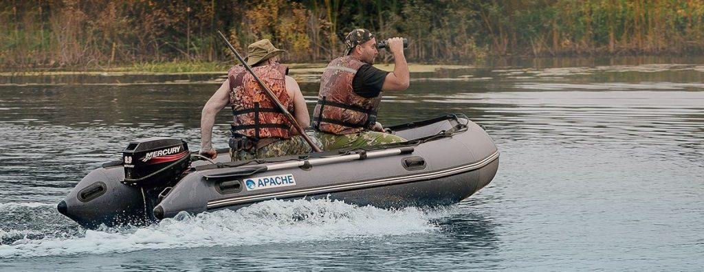 Моторная двухместная лодка