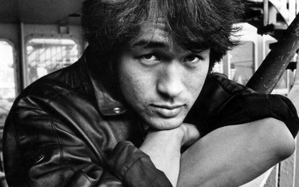 Черно-белове фото Виктора Цоя в кожаной куртке