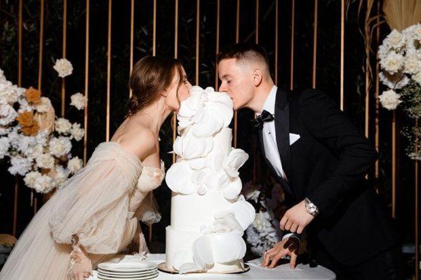 Арсений Шульгин и Лиана Волкова едят свадебный торт