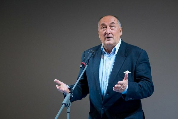 Борис Клюев на сцене у микрофона в костюме