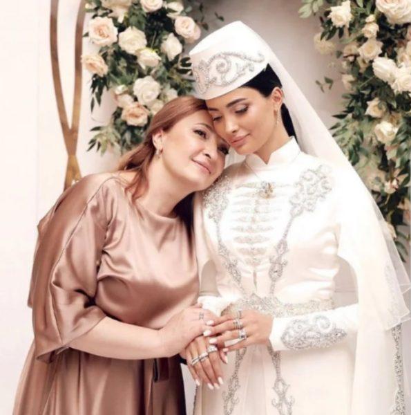 Мадина Плиева на собственной свадьбе с мамой в роскошном свадебном платье