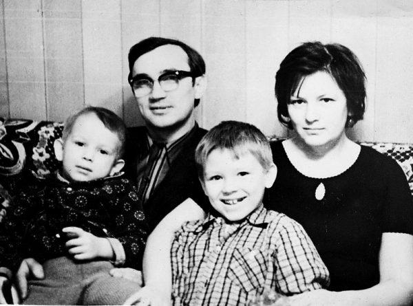 Семья Дмитрия Марьянова: старший брат, отец и мать
