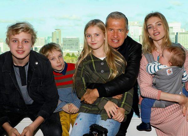 Наталья Водянова с детьми и фотографом Марио Тестино