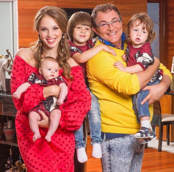 Дмитрий и Полина Дибровы с детьми