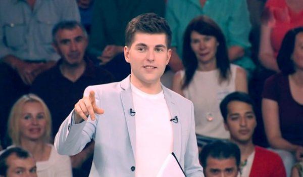 Дмитрий Борисов показывает пальцем