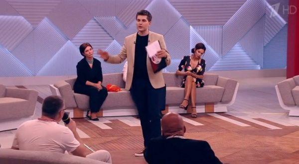 Дмитрий Борисов стоит в центре зала
