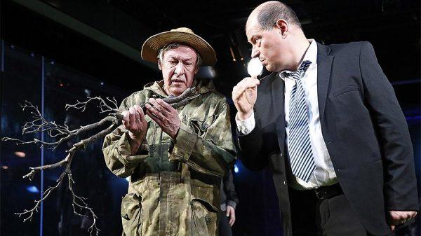 Михаил Ефремов держит ветку дерева в руках