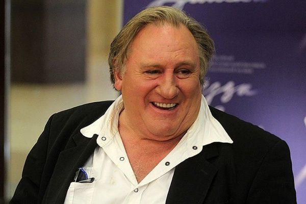 Жерар Депардье улыбается