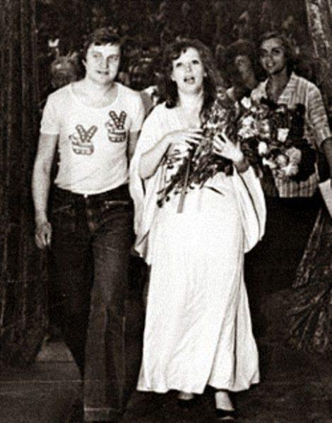 Женщина с охапкой цветов и мужчиной