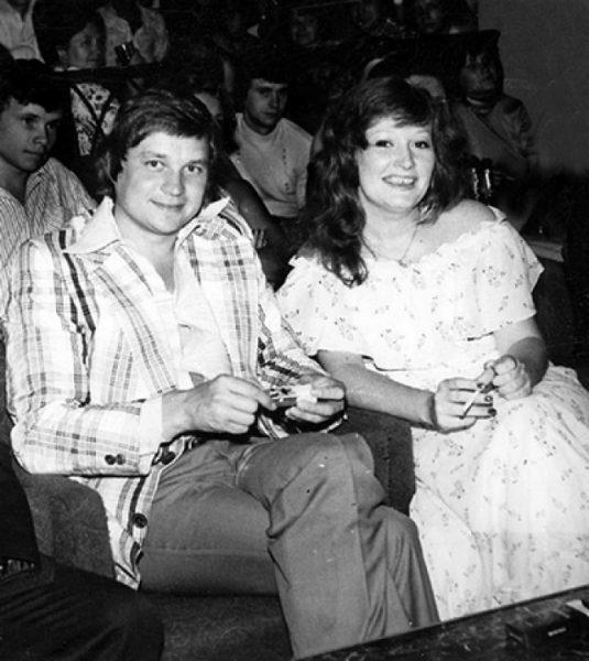 мужчина и женщина улыбаются и сидят в зрительском зале