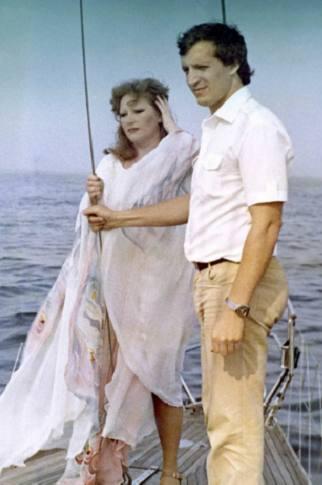 Женщина и мужчина стоят на фоне моря