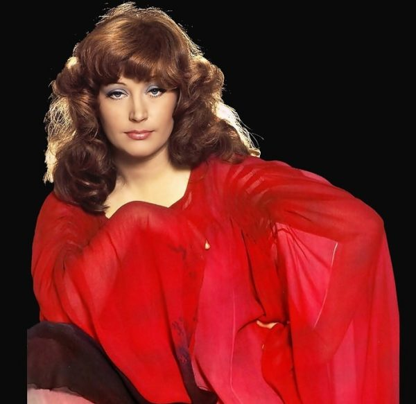 Женщина в красном одеянии