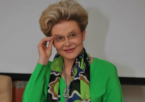 Елена Малышева улыбается