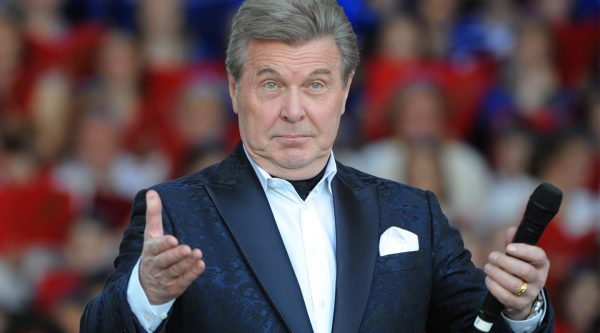 Лев Лещенко с микрофоном