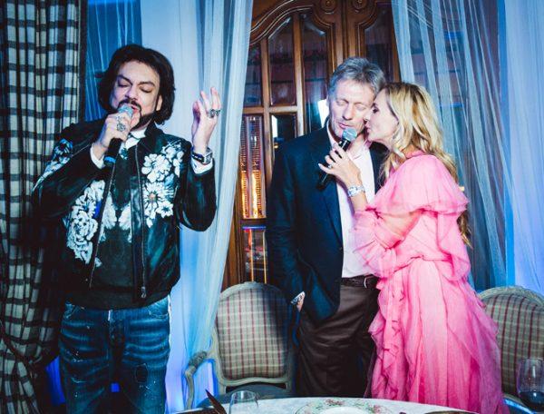 Филипп Киркоров с супружеской парой на одном из банкетов