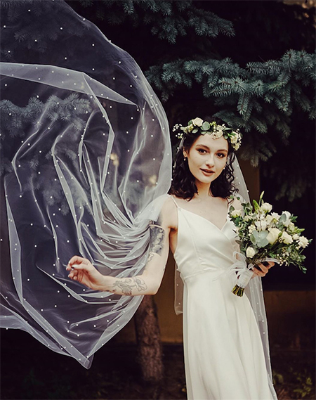 Мария позирует на свадебной фотосессии