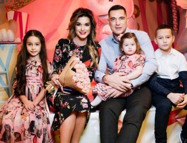 Курбан Омаров с Ксенией Бородиной и детьми