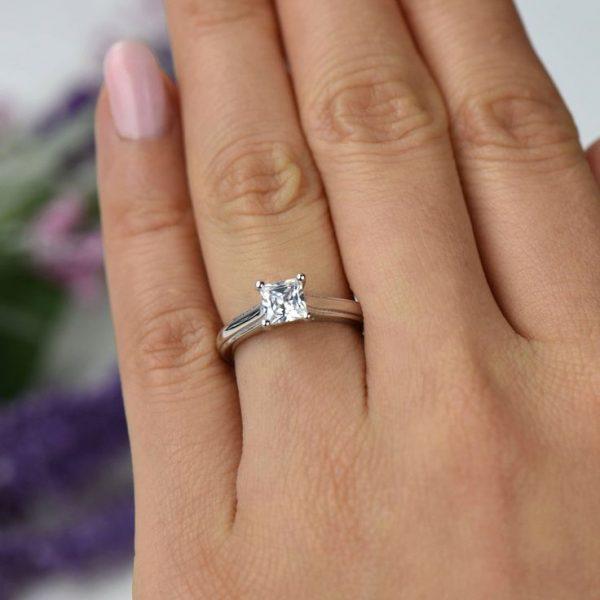 Кольцо от жениха на помолвку