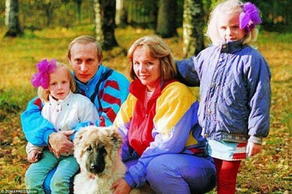 Путин с женой, дочками и собакой