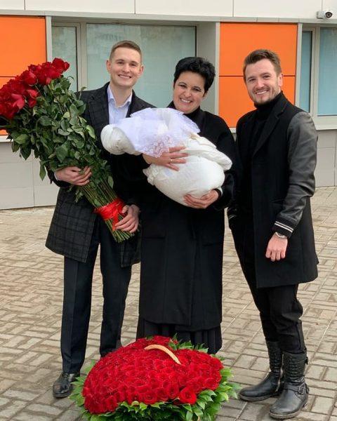 Елена Голунова с сыном, мужем и новорожденной дочкой