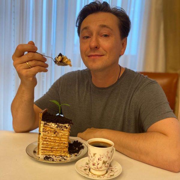 Сергей Безруков лакомится праздничным тортом