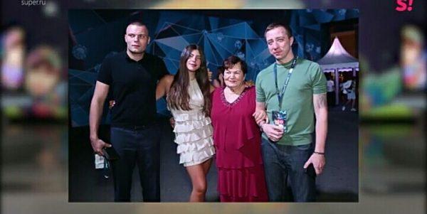 Предполагаемый внебрачный сын Крутого на снимке слева