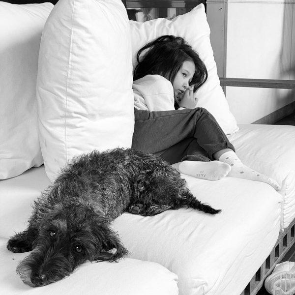 Младшая дочь Ивана Урганта с собакой Грушей