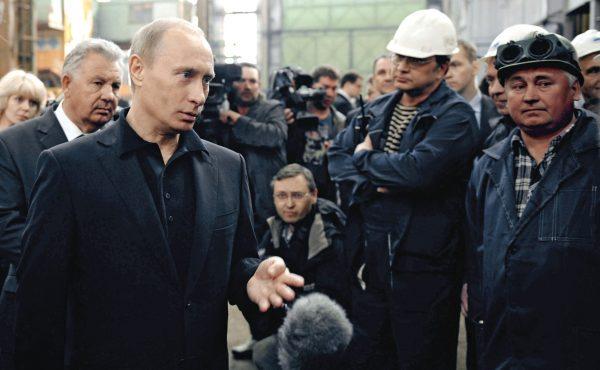 Премьер-министр Путин во время посещения Амурского судостроительного завода