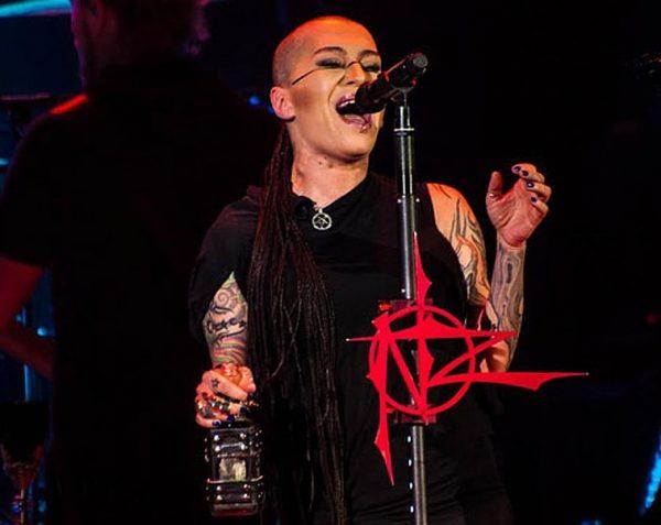 Наргиз пьет на концертах