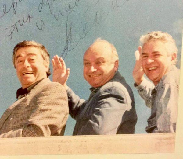 Трое мужчин машут руками