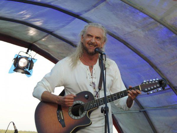 Сергей Джигурда с гитарой